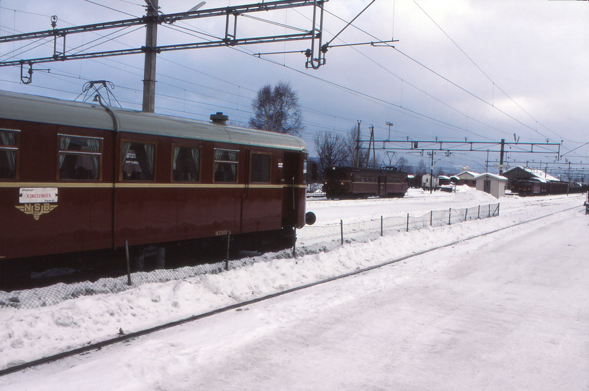 Kongsvinger stasjon. Dieselmotorvogn  BM 86L 22 står klar til avgang mot Elverum og Hamar. Midt i bildet motorvogn type 65C og i bakgrunnen et godstog med elektrisk lokomotiv type El 11.