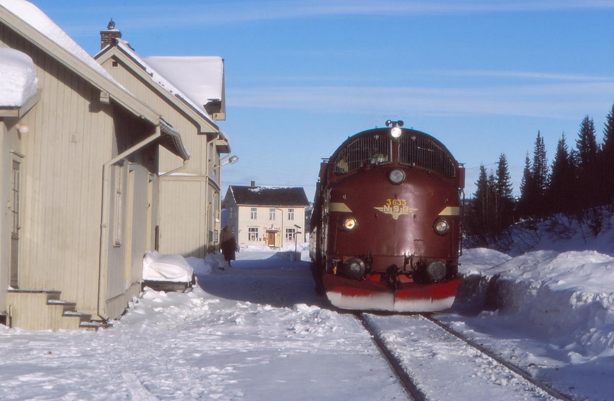Tonsåsen stasjon med persontog 281 (Oslo S - Fagernes). NSB dieselelektrisk lokomotiv Di 3 633.