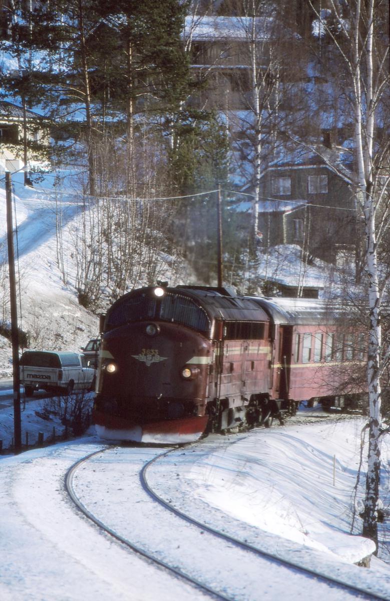 NSB persontog 281 på vei inn mot Fagernes stasjon. Dieselelektrisk lokomotiv Di 3 633.
