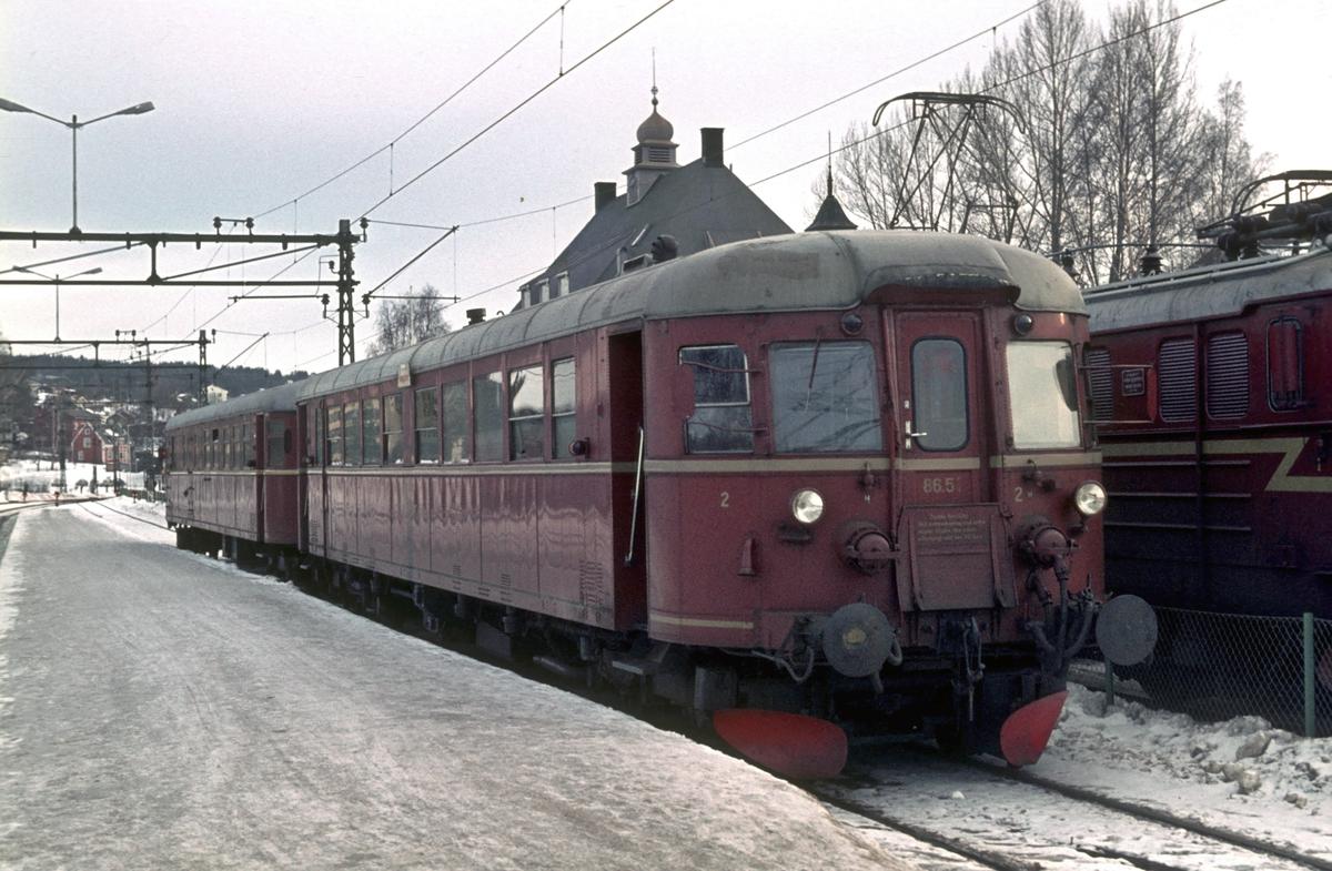 NSB dieselmotorvogn BM 86E 51 på Kongsberg stasjon i tog til Rødberg, Numedalsbanen.