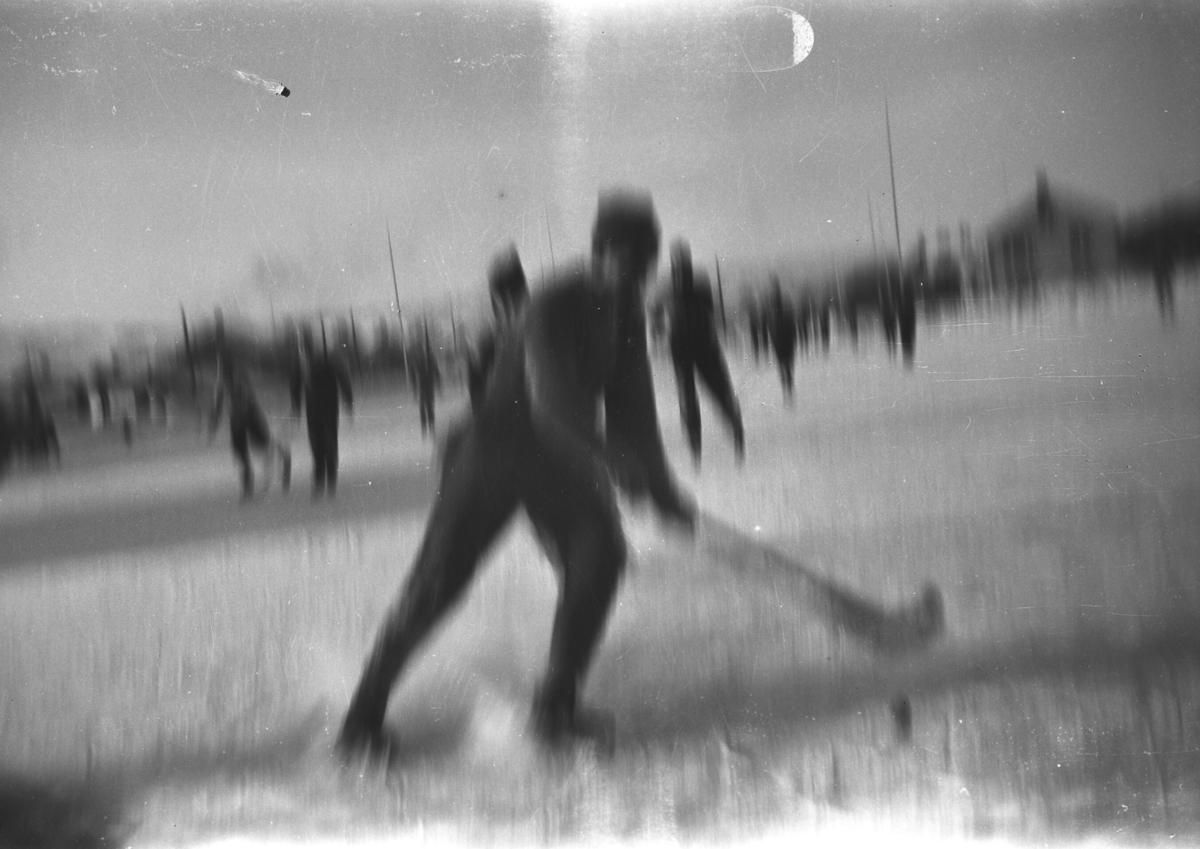 Bilde fra en bandy-kamp. Personer og sted er ukjent, men det kan være i Vadsø på 1950-tallet.