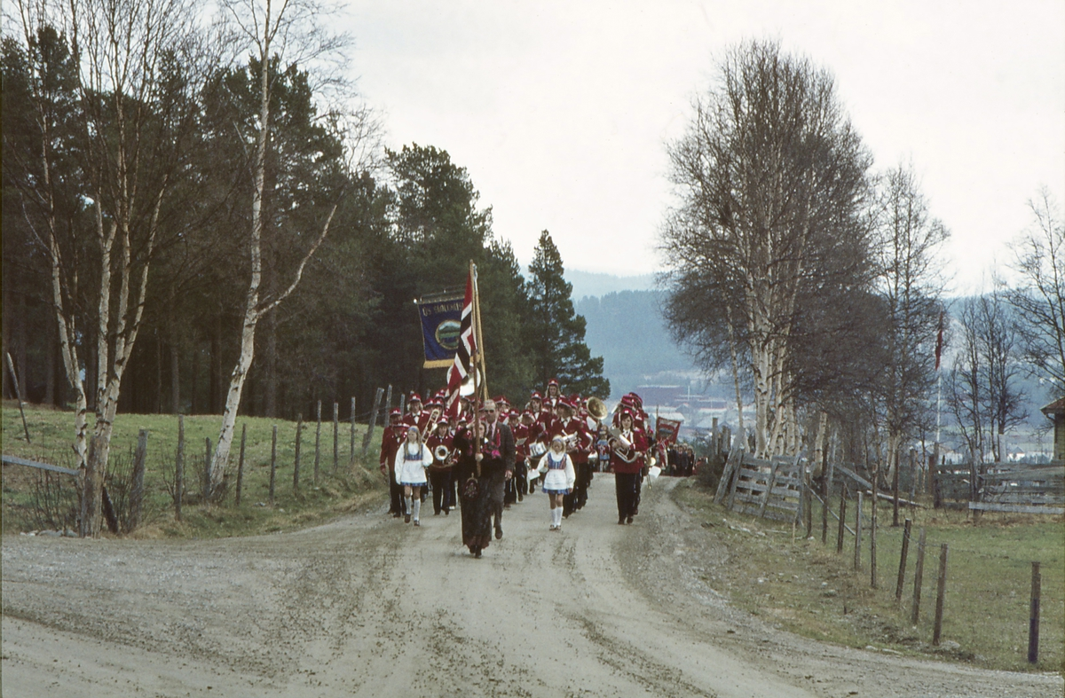 17.mai - tog ved Tylldalstua, Os i Østerdalen. Os skole og skolekorps.