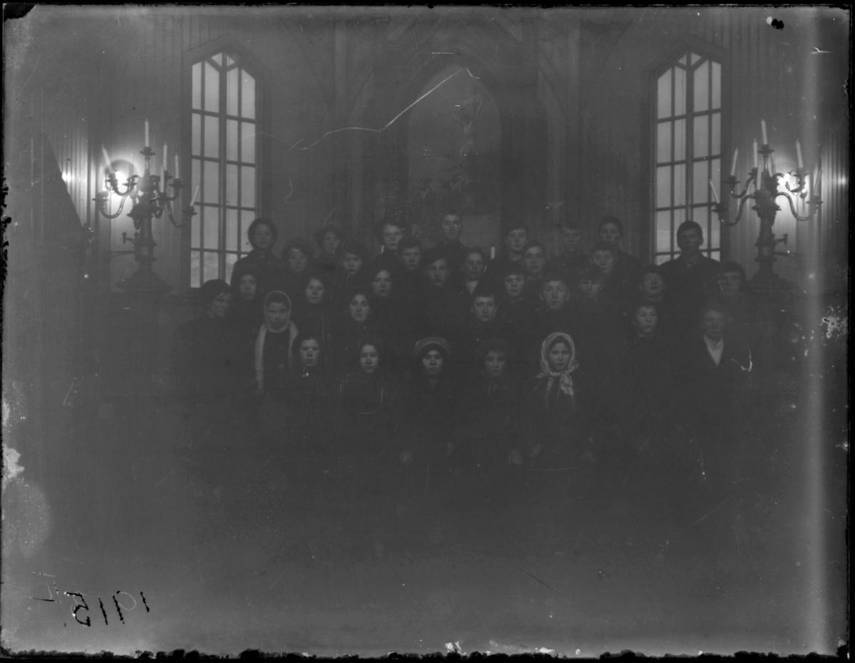 Konfirmanter, Vardø 1915. Bildet er tatt inne i kirka