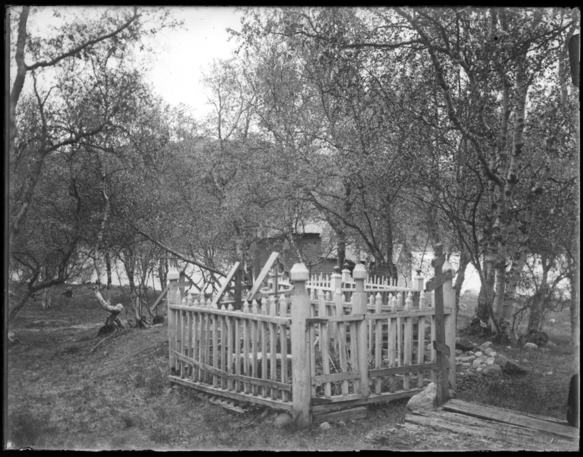 Boris Gleb. Vi ser to gravplasser og flere gresk-ortodokse kors. I bakgrunnen det gamle kapellet