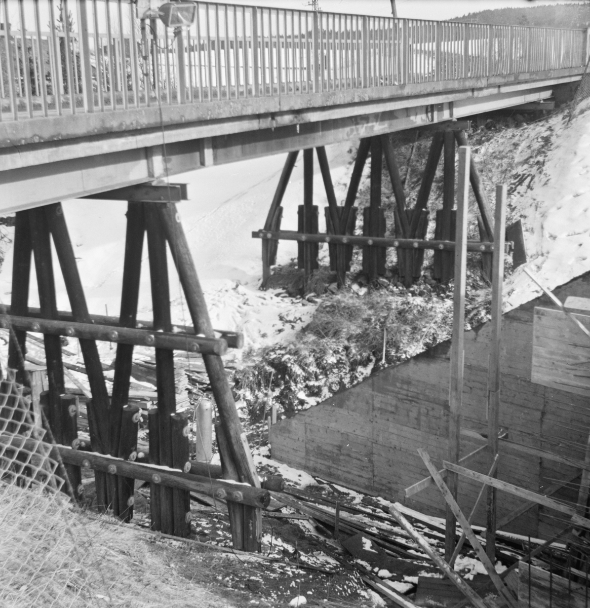 Fundamentene til den gamle riksveibroen over Urskog-Hølandsbanen ved Fyen, Sørumsand. Broen ble revet i september 1968, etter at riksveien var lagt om.