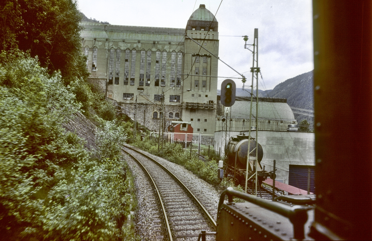 Innkjørhovedsignal Rjukan stasjon sett fra lokomotivet RjB 14 i godstog Mæl - Rjukan. Norsk Hydro, Norsk Transportaktieselskap (Norsk Transport).
