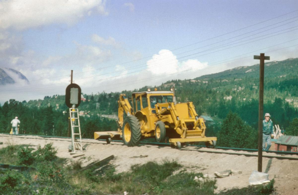 Arbeid i spor ved stasjonsgrensen, innkjørsignalstedet, på Bjorli stasjon. To-veismaskin. NSB.
