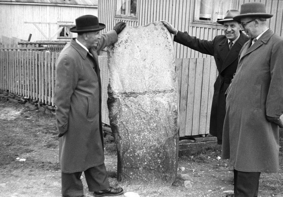 Politikere på besøk i Vadsø. De står ved Ivarsteinen og mannen i midten er Leif  Thoralf Bjerck. De to andre er ukjent.