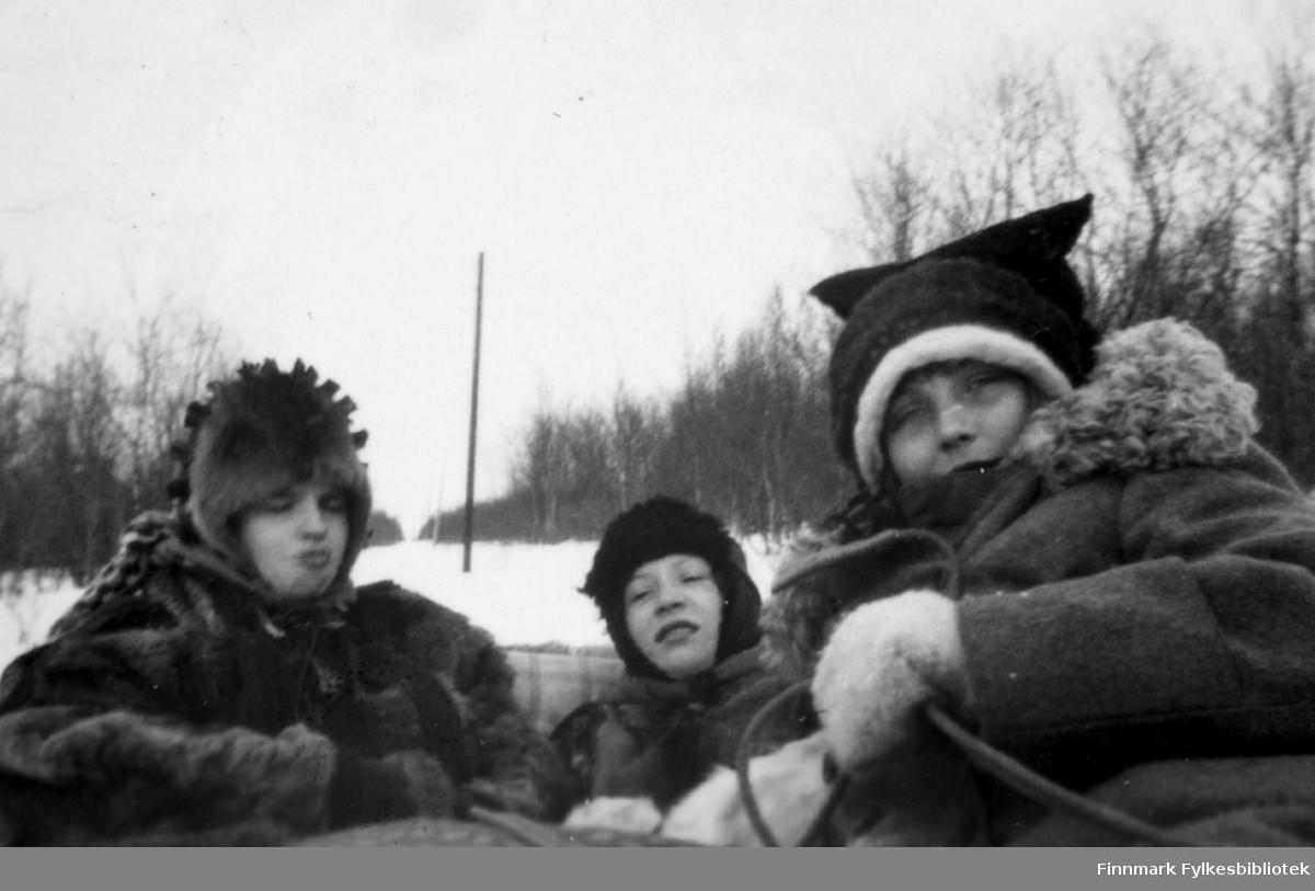 Solveig Evanger, Dagny Nordahl og Ella Gunnari på sledetur til Neiden påsken 1932.