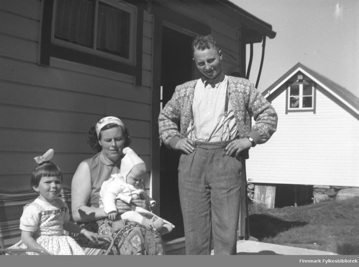 Jon Kornberg (Kathinka Mikkolas nevø) med kona Målfrid og barna Mari Anne og Jan Ove. Folkestadbygd ved Volda, Sunnmøre