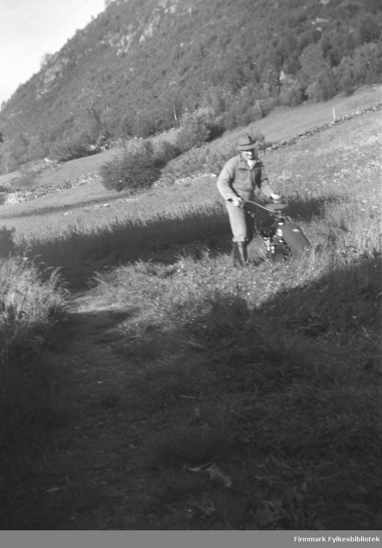 Kathinka Mikkolas nevø Petter Kornberg går med gressklipper. Bildet er tatt på Kornberg, Sunnmøre