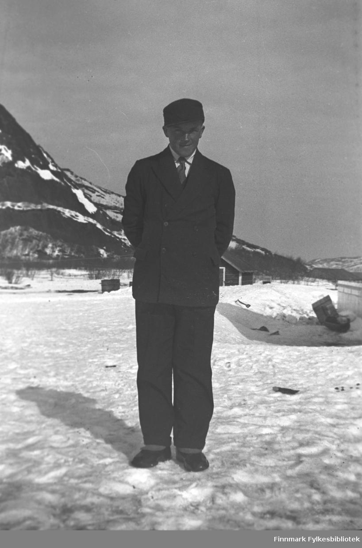 Leif Mikkola i snøen utenfor Mikkelsnes