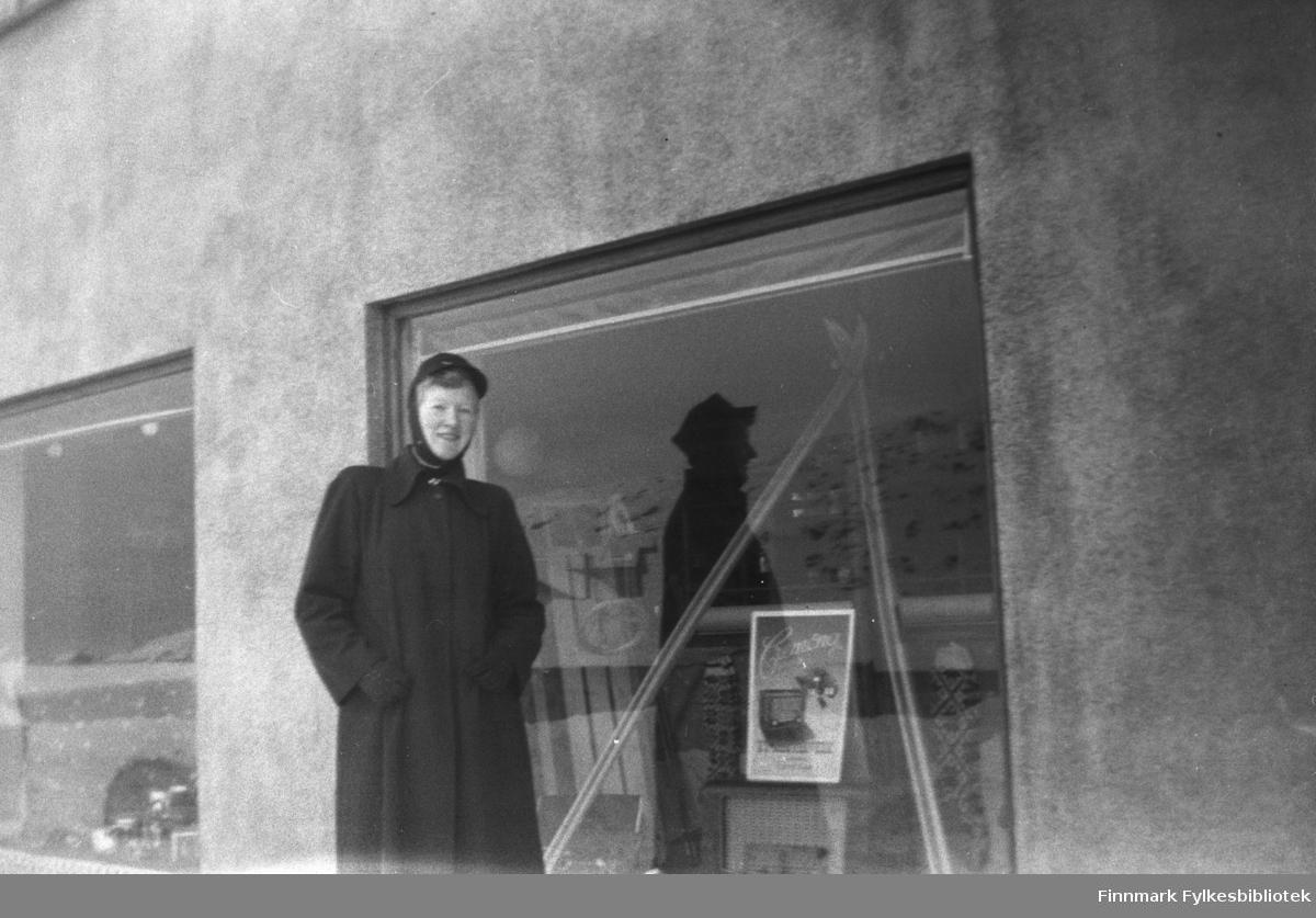 Herlaug Mikkola foran et butikkvindu. Bildet er tatt i Havøysund. Hun gikk på Øytun ungdomsskole (folkehøgskole) i 1954-1955
