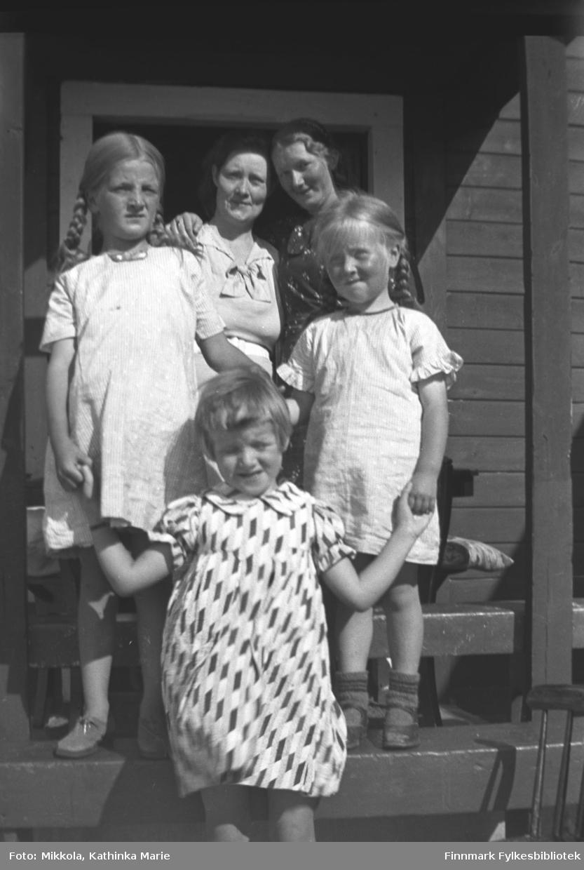 Gruppebilde på trappa på Mikkelsnes. Øverst, fra venstre: Stine Olsen (søster av Kathinka Mikkola), Marine Mikkola. Småjentene fra venstre: Astrid Mikkola, Stines datter Eva Olsen i mønstret kjole, Herlaug Mikkola