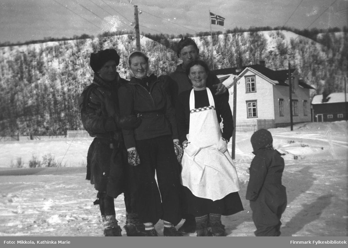 Gruppebilde tatt ved kirka i Neiden. John Haaheims hus i bakgrunnen. Fra venstre: Leif, Marine, Storm og Astrid, alle med etternavn Mikkola