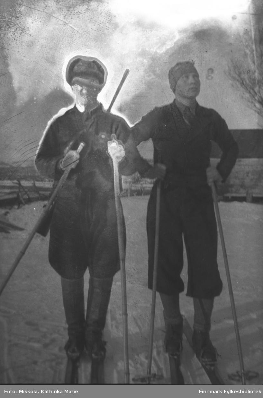 To menn på ski, antakelig i Neiden. Mannen til venstre har gevær over skulderen, han er muligens finlender. Mannen til høyre heter Labahå til etternavn. Vi vet dessverre ikke fornavnet hans
