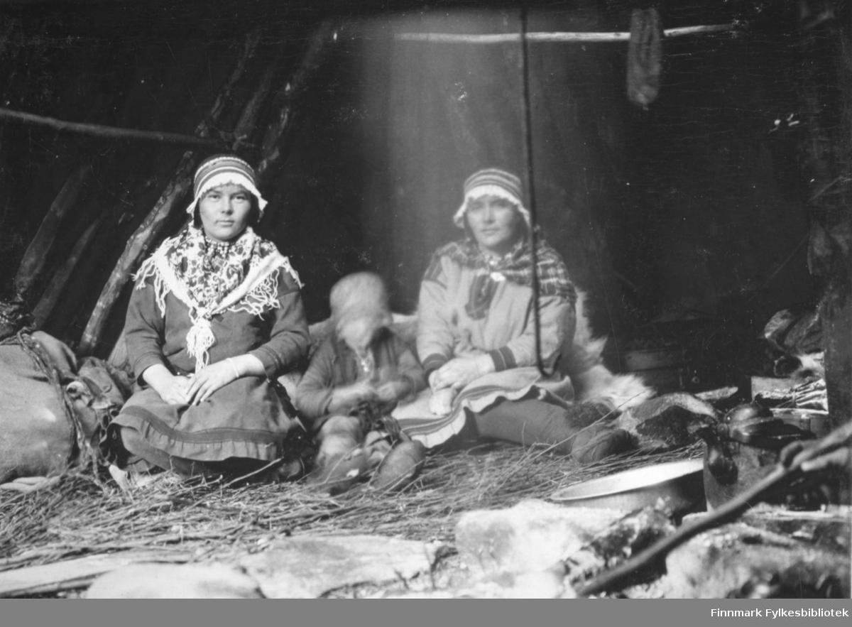 I bildet ser vi til venstre Anna Persdotter hurri gift Blind (1909-1992). Det er Karesuando-samer og de er fotografert inne i en gamme. Det finnes et tilsvarende bilde av disse tre, fotografert utenfor gammen og bildet er tatt ca. 1935-40.