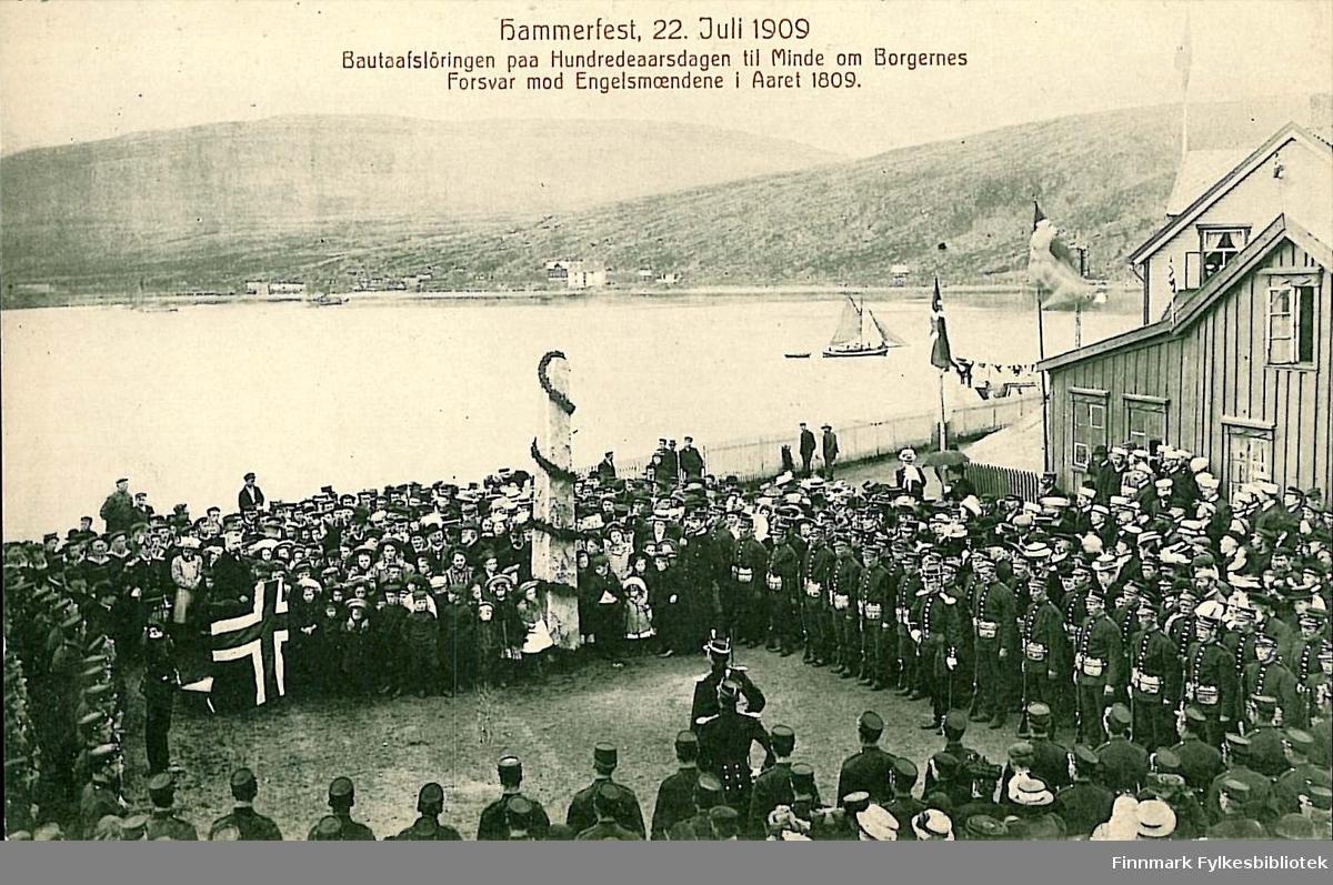 Postkort med motiv fra Batteriet i Hammerfest. Kortet er en jule- og nyttårshilsen til Arthur og Kirsten Buck på Hasvik. Kortet er sendt i desember 1909.