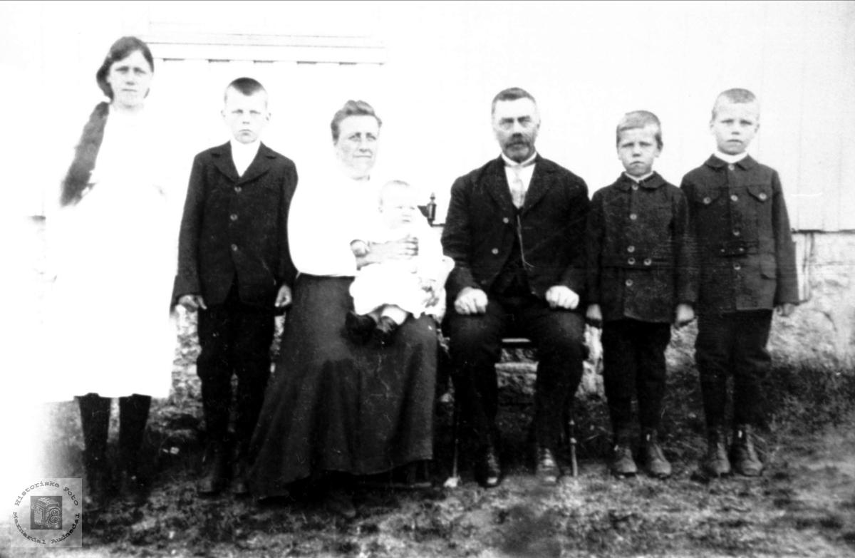 Søskenflokken med far og mor