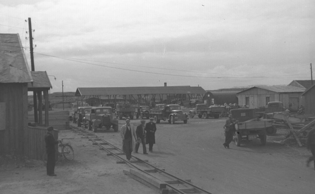 Bilde fra Ørtangen i Vadsø. En del lastebiler står parkert og noen folk er ute og spaserer. Lastebilen til venstre er en Fordson WOT. Midt på bildet, litt for seg selv, står en Chevrolet 1946-47 mod. Brakka litt til høyre på bildet med avrundet tak er Nissenhytta.