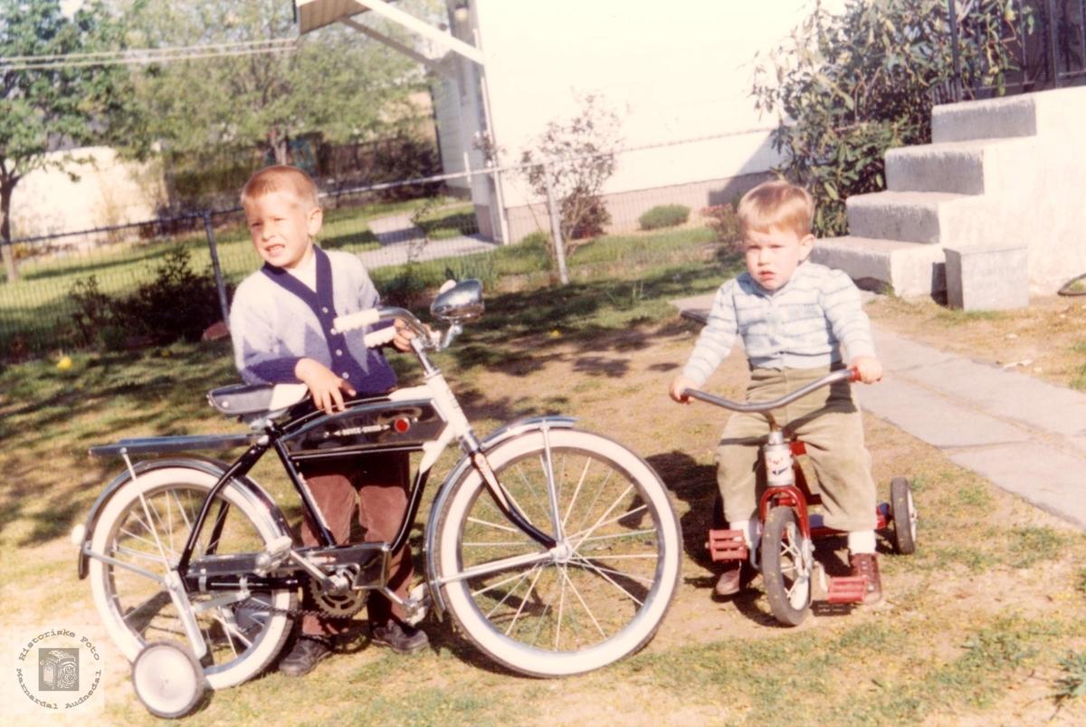 To gutter med hver sitt kjøretøy