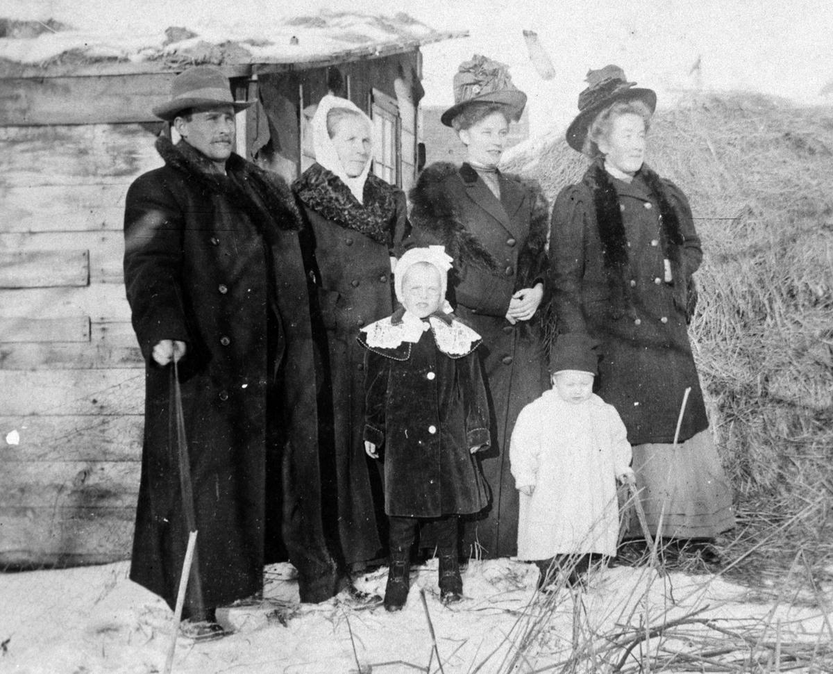 Amerikabilder, Per Mæhlum, Vallset.  Gruppebilde, familiebilde, seks personer. Fra venstre Per Mæhlum, hans kone Sigrid Mæhlum, Emma Larsen, Marthe Mæhlum, Dagny Mæhlum, Olav Mæhlum. Katheryn, Nord-Dakota, USA, ca 1908.