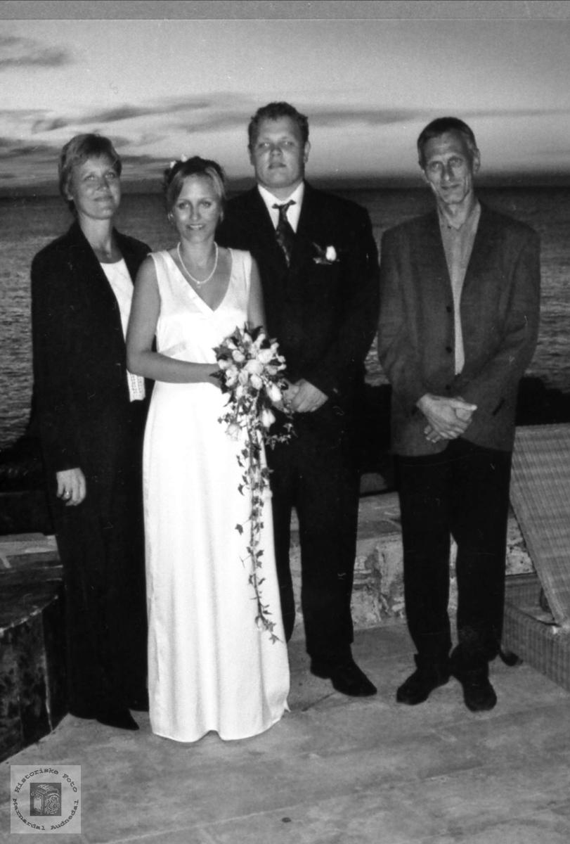 Brudepar med brudens foreldre