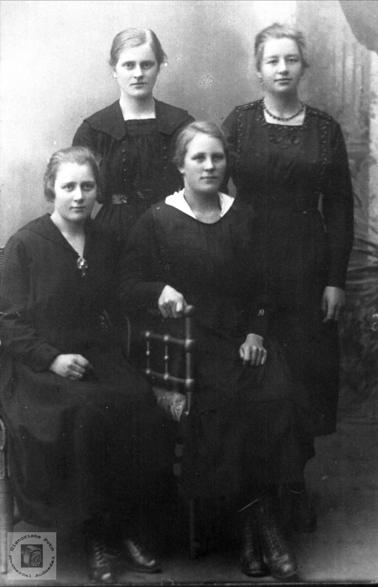 Portrett av fire venniner.