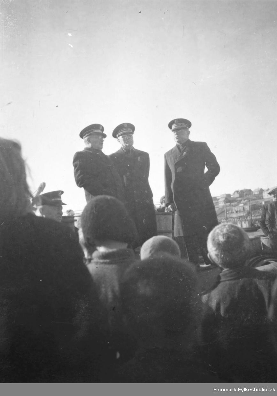 besøket til de amerikanske kommandører Allan og Marshall og den norske kommandør Øgrim, Frelesearmeen, antagelig i 1946. Stor oppstuss når noe skjedde. Kom antagelig med en Catalina siden de blir fraktet inn med båt. Forsamling taler