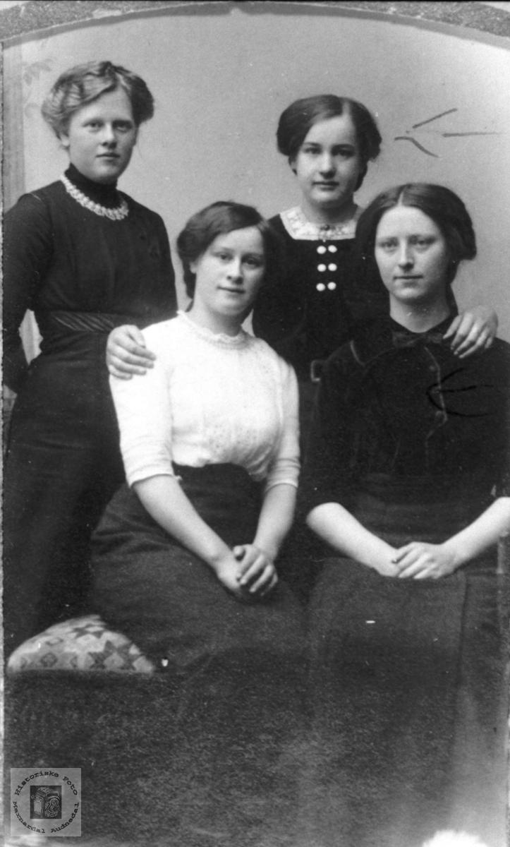 Portrett av 4 unge jenter.
