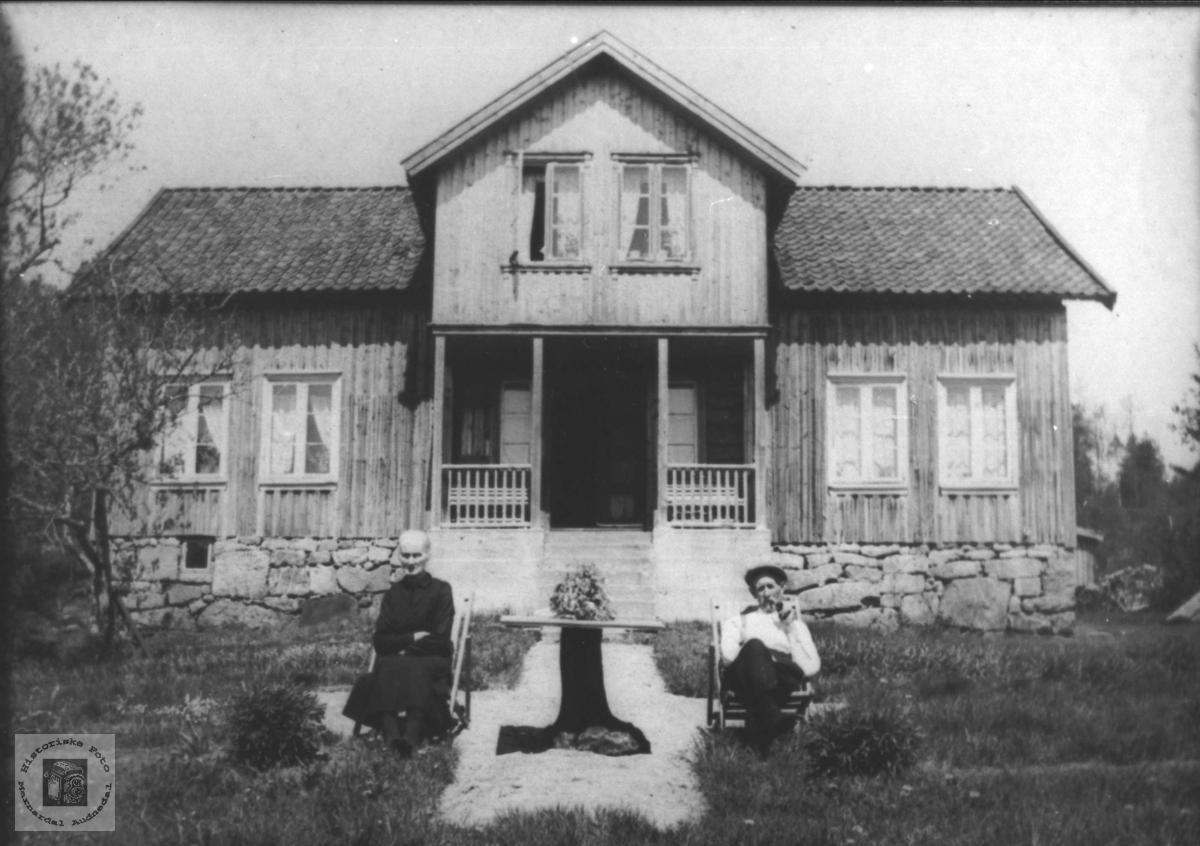 Hus, hage og ektepar. Helene og Torje Aukland.