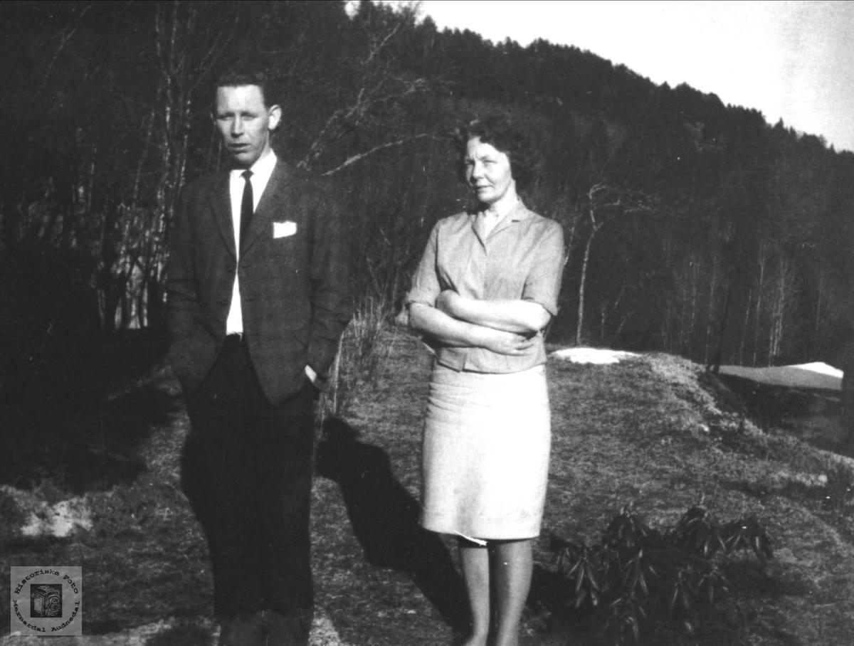 Mor og sønn. Jon og Agnes Tisland.