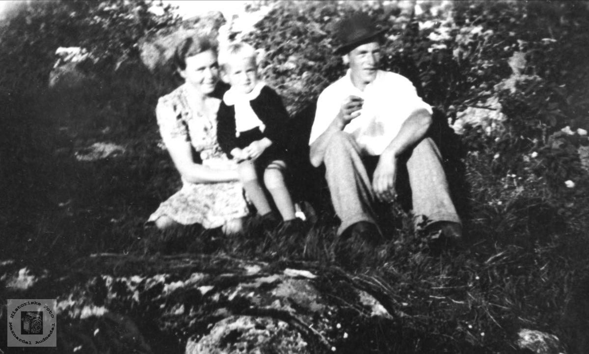 Familiegruppe. Jenny og John Lauvsland med Torbjørn.