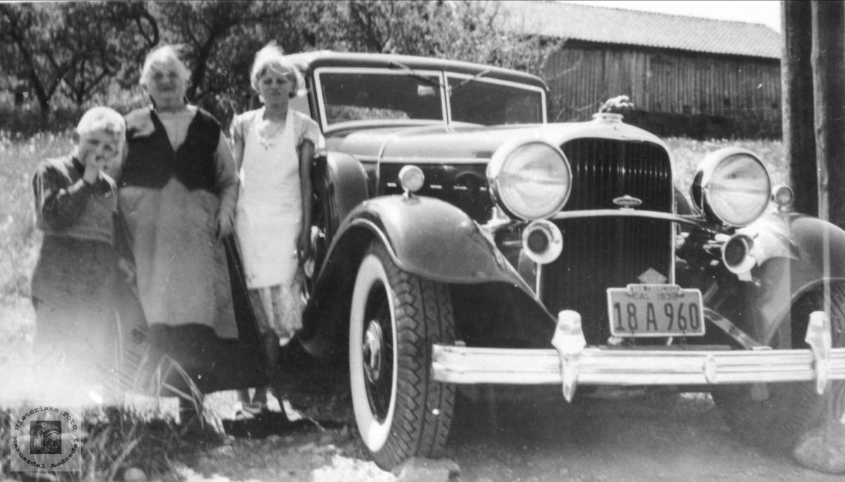 Amerika bil. På Fjellestad. Bilen er en Lincoln, årsmodell 1932.
