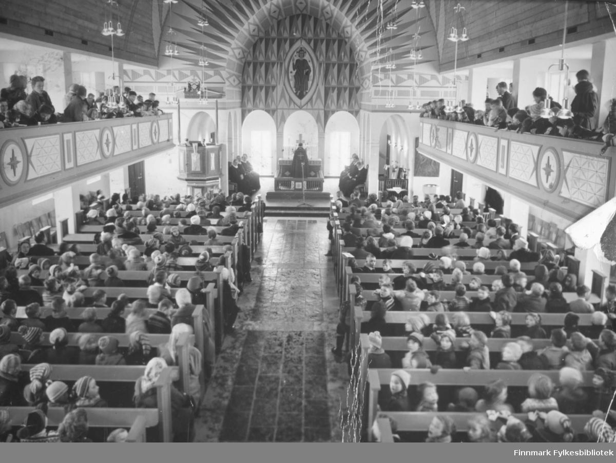 Fra innvielsen av Vadsø kirke i 1958. Biskop Wiig foran alteret. Kirka er helt fullsatt