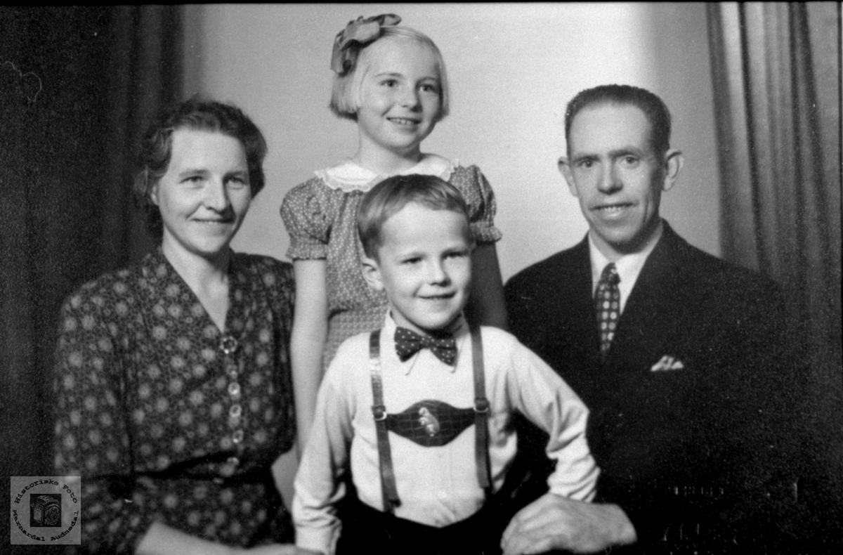 Familiebilde.Sigrid og Ola Aukland med barna.