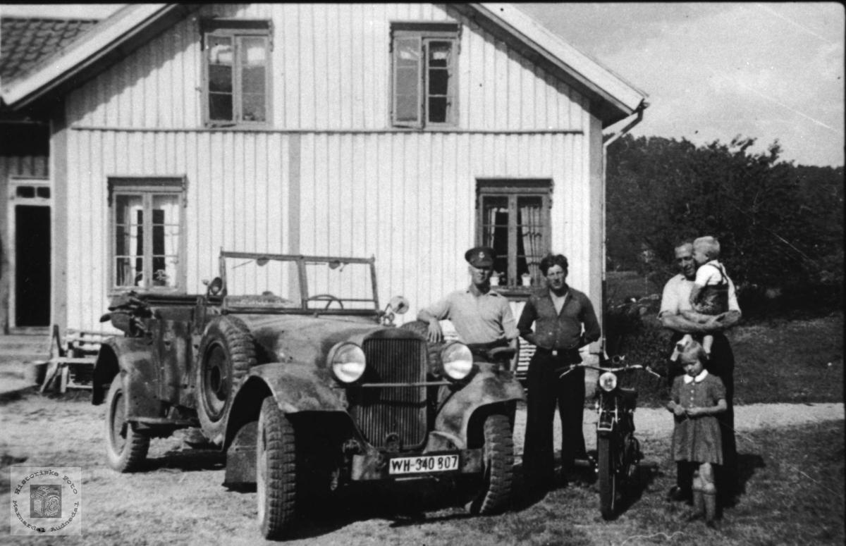 Bil og personer på Birkeland.