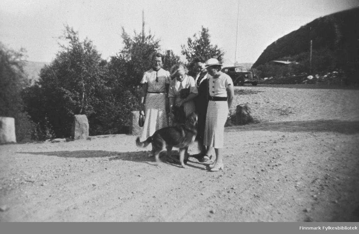Fire kvinner og en hund fotografert på vegen i Petsamo / Petsjenga