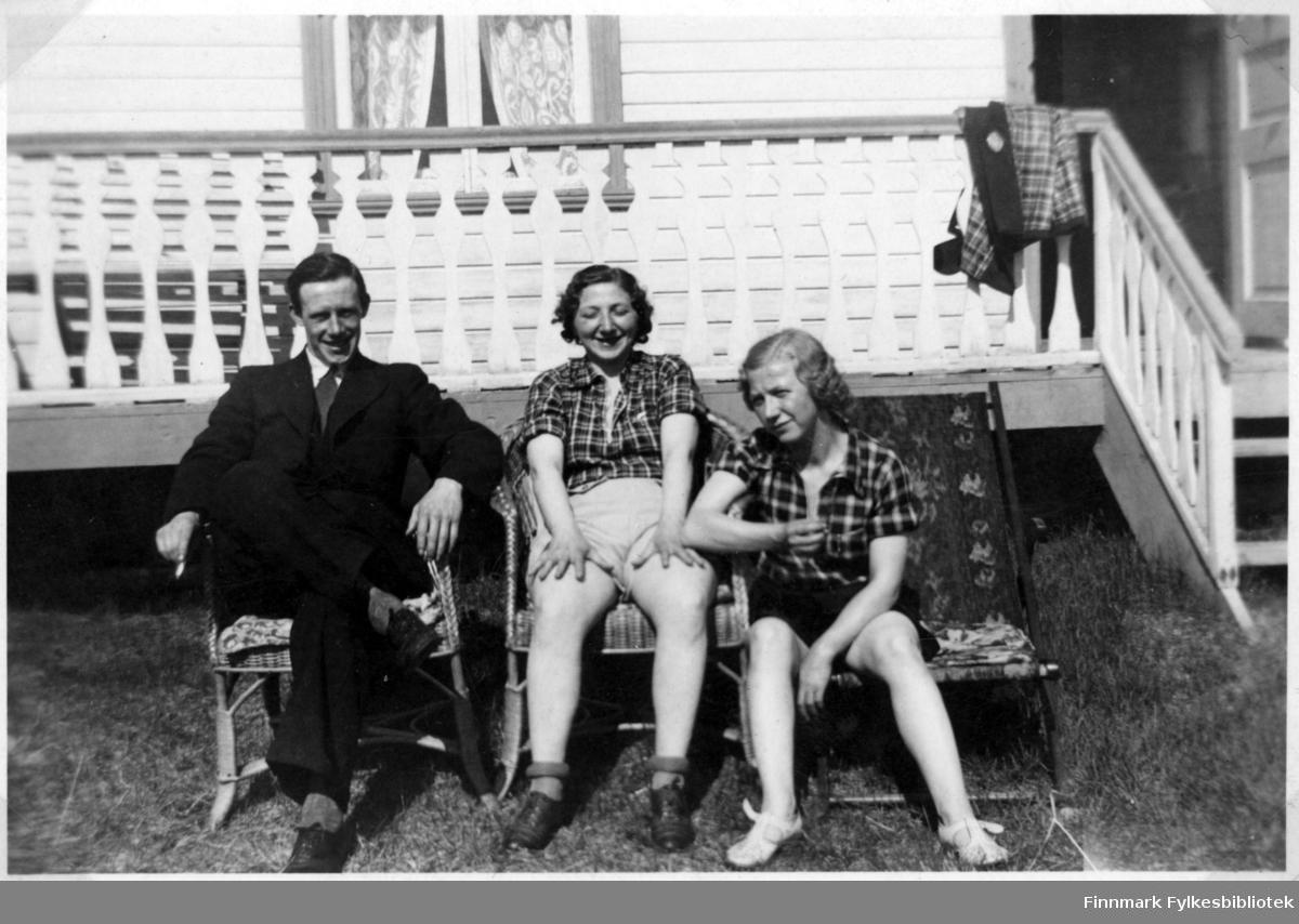 f.v. Leif Haldorsen, Åshild og Minka Brevik. De sitter på en varm sommerdag utenfor hytta til Leif og Åshild i Thomaselvdalen