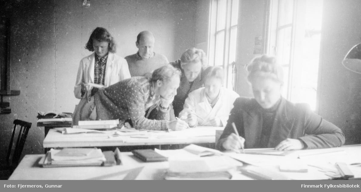 Fotografi fra kontoret til distriktsarkitekt Fjermeros i Honningsvåg, tatt i 1946. Personene er ukjente.