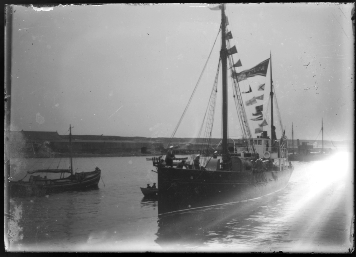30 manns stort sangkor fra Kr.sund N 'ynglingeforening' med egen båt på sangerferd. Bildet viser båten i Vardø havn