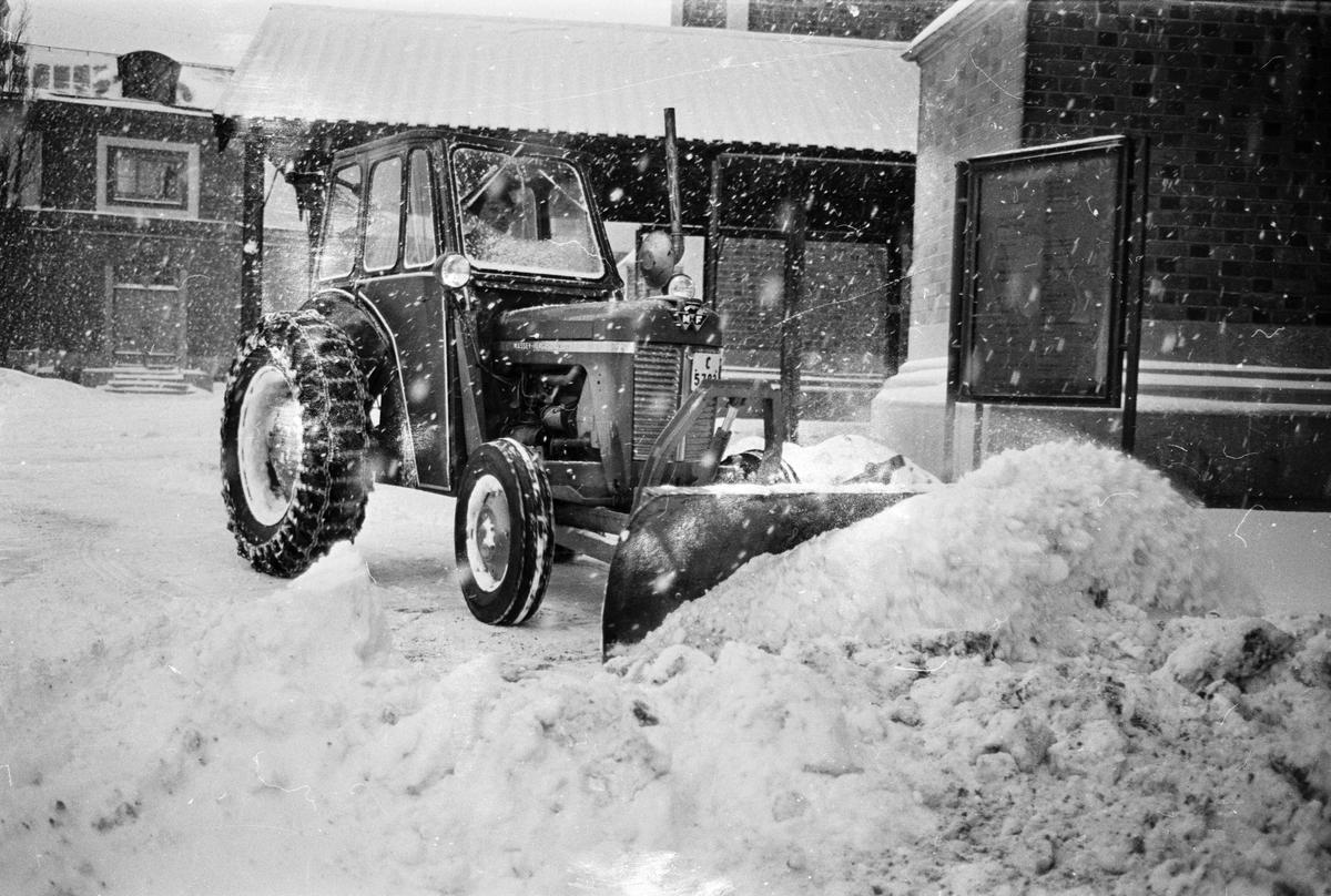 Snöröjning med traktor vid Uppsala domkyrka, Uppsala januari 1967
