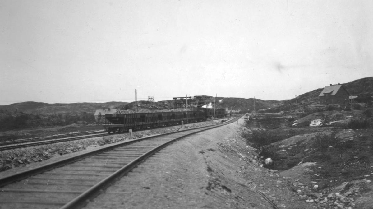 Gruvedrift i Bjørnevatn. Togskinner til transport av materiale.