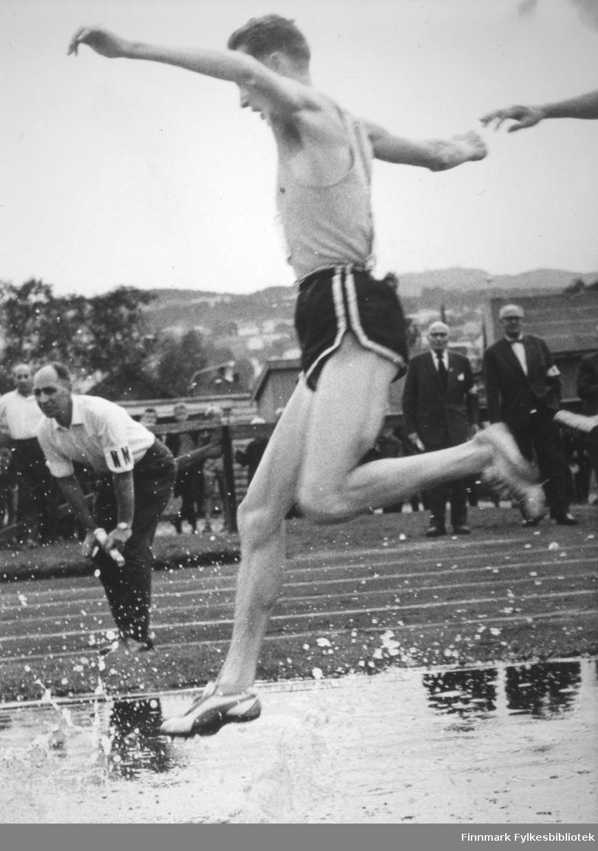 Ragnvald Dahl fra Vadsø vinner gullmedalje i Mo i Ranas NNM i friidrett, på 3000 m hinder.