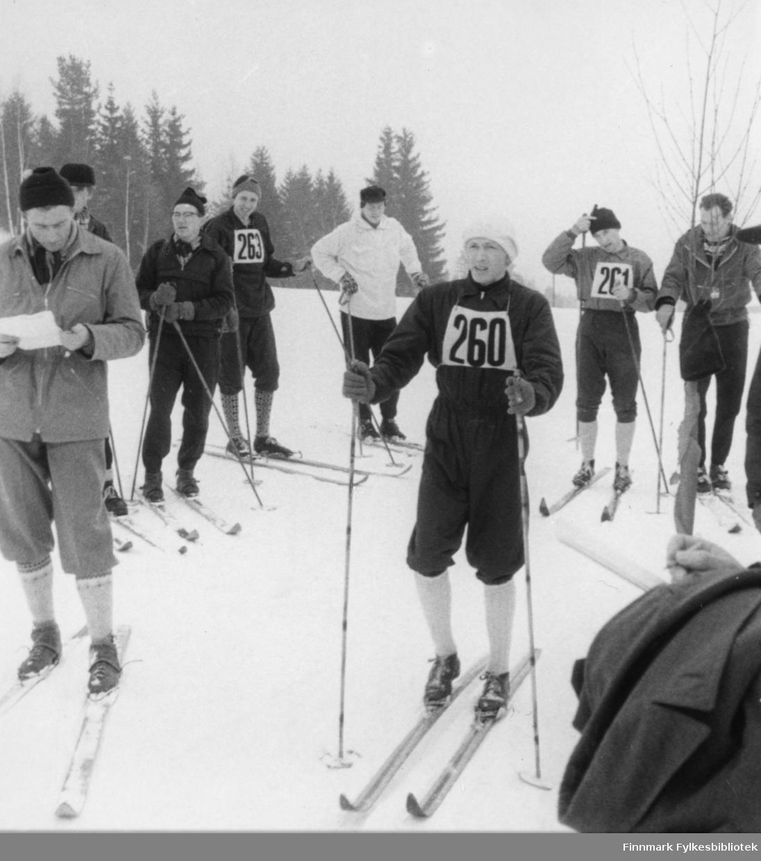 Lærerskolemesterskapet på ski (10 km) på Hamar 1957. Ragnvald Dahl gikk 2-årig lærerskole og vant langrennet begge årene.