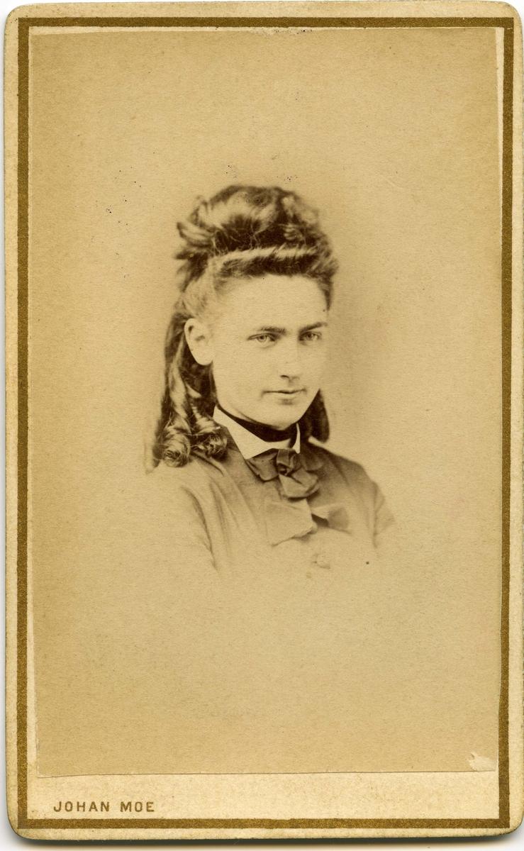 Ukjent kvinne. Bildet trolig tatt en gang etter 1850, muligens på fotograf Johan Moes atelier i Tromsø.