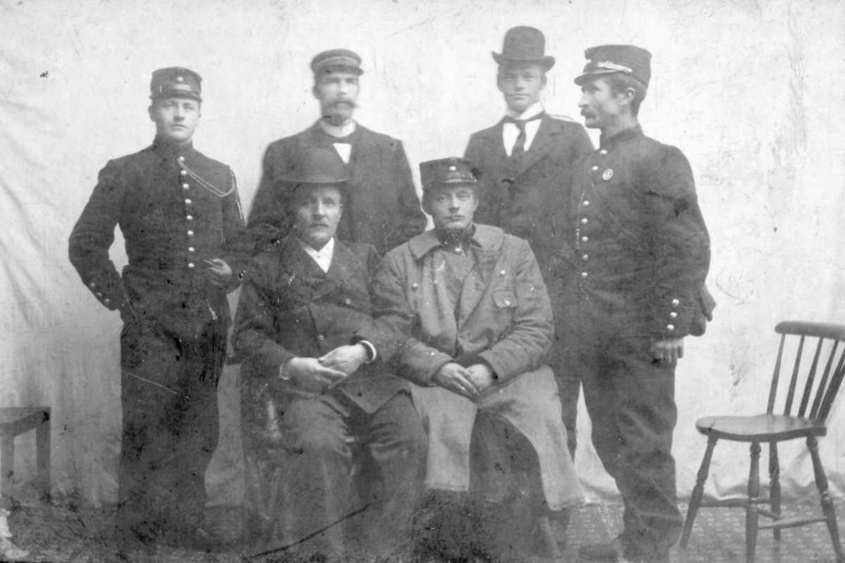 Ernst J. Lebesby til høyre, sittende. Mannen som står t.h.for han kan være Erik Todal. Begge var befal i Varanger bataljon.