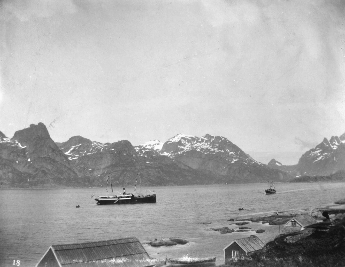 """Nordland"" i Raftsund."" står det på bildet. Fotografi av båtleia i Raftsundet, i Nordland. Raftsundet (nordsamisk: Ráktanuorri) er et 20 kilometer langt sund i Hadsel og Vågan kommuner i Nordland. Det går fra Ingelsfjorden i nord til Ulvågsundet og Øyhellsundet i sør og gir forbindelse mellom Hadselfjorden og Vestfjorden. Det er en del av hurtigruteleia og det er hovedleia for skipstrafikken mellom Lofoten og Vesterålen. Turistattraksjonen Trollfjorden ligger i Raftsundet."