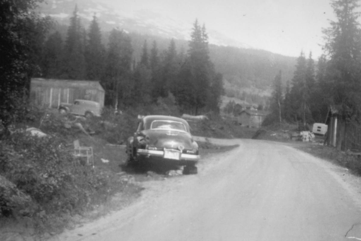 Saltdalen, sommeren 1952. Buicken (antakelig er årsmodell 1946-48) til familien Klaussen med brukket bakaksling. Inger-Lill forteller at de fikk låne sveiseapparat og verktøy fra en lokal bonde så de fikk reparert bilen. De fikk også overnatte på gården til den samme bonden.