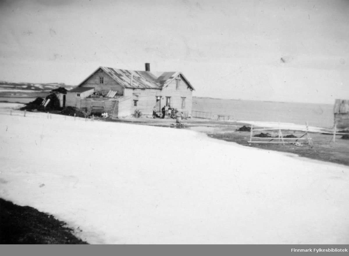 Bildet er tatt på Grunnes mens det var full drift på Oluf Malin´s gård.